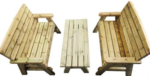vista de pájaro de una mesa de jardín con dos bancos de madera