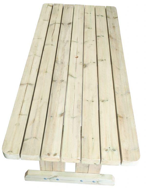 vista de pájaro de la mesa de comedor de jardín de madera