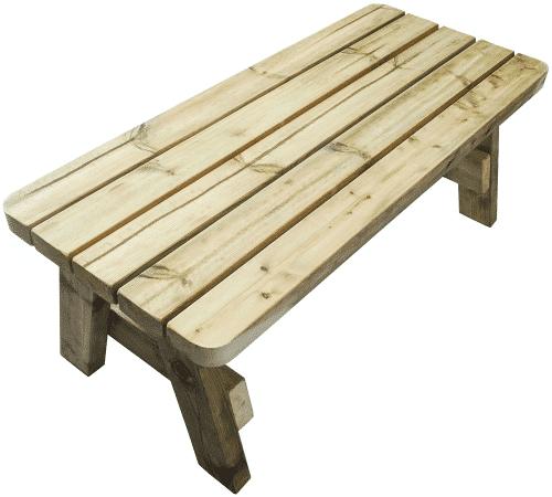 vista lateral de la mesa de centro de madera al aire libre