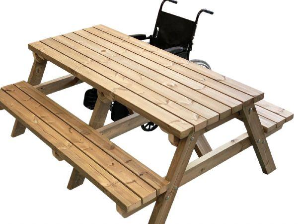 Vista panorámica del banco de pub con acceso para sillas de ruedas, con la silla de ruedas en su lugar