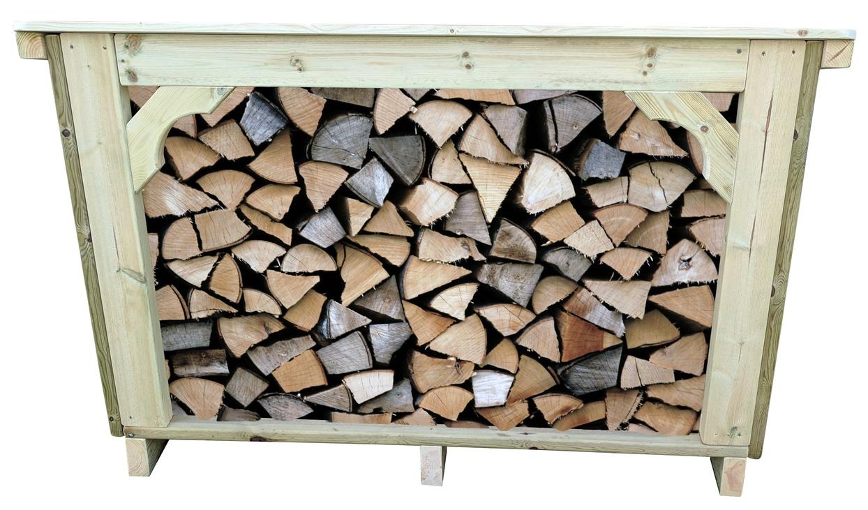 La tienda de troncos de monte bajo llena de troncos